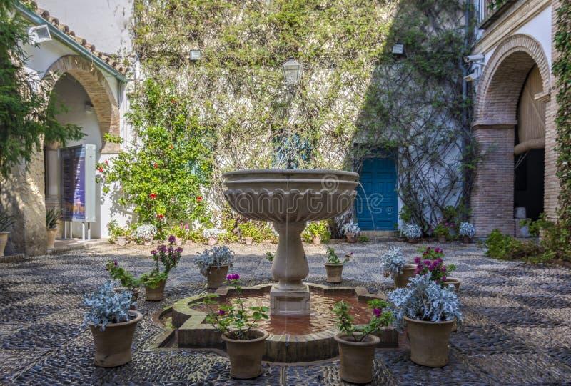 Interno andaluso tipico della casa a Cordova, Spagna immagini stock libere da diritti