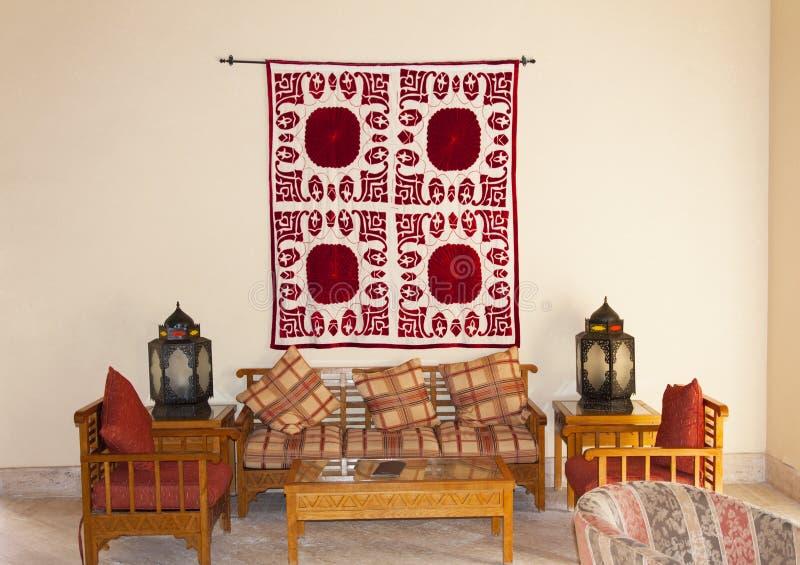 Interno arabo o indiano turco d'annata della lanterna Appoggi sull'interno della decorazione del sofà con la foto di stile del Ma fotografia stock libera da diritti
