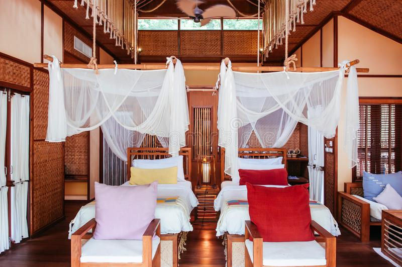 Interno asiatico della camera da letto con il tessuto colourful del letto a baldacchino e immagine stock
