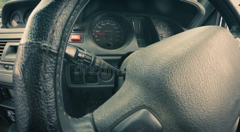 Interno automatico fuori strada - cruscotto - funzionamenti interni di un'automobile fotografia stock libera da diritti