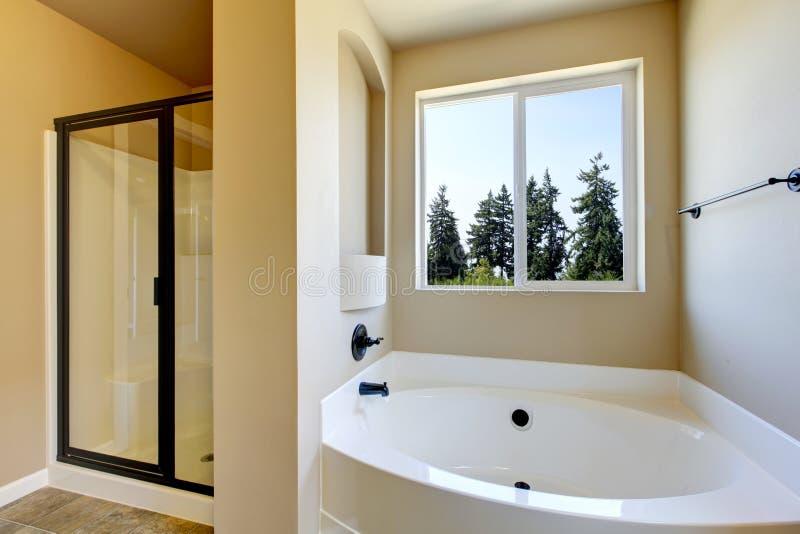 Interno beige del bagno con la doccia bianca di vetro e della vasca da bagno immagine stock - Vetro vasca da bagno ...