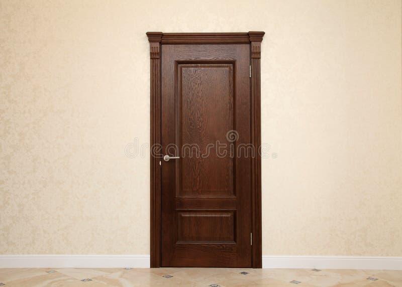 Interno beige della stanza con la porta di legno marrone immagine stock libera da diritti