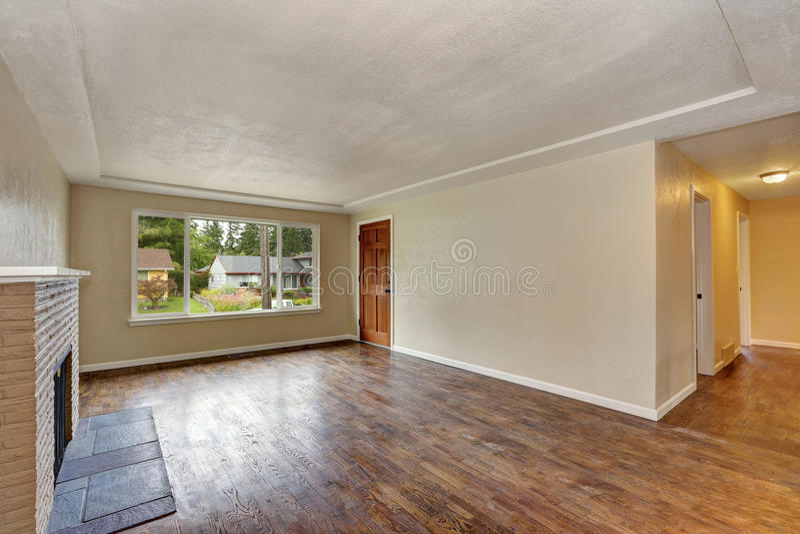 Interno beige non ammobiliato del salone in casa vuota fotografie stock