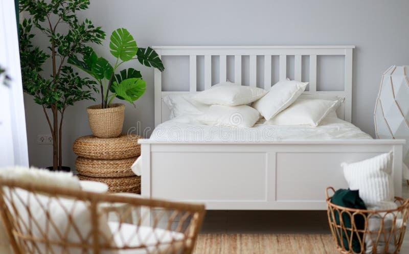 Interno bianco della stanza della camera da letto con la finestra fotografie stock libere da diritti