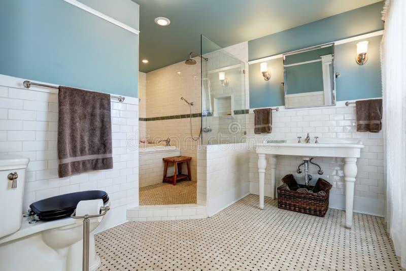 Interno blu del bagno con la parete bianca della disposizione delle mattonelle il lavandino - Mattonelle da parete ...