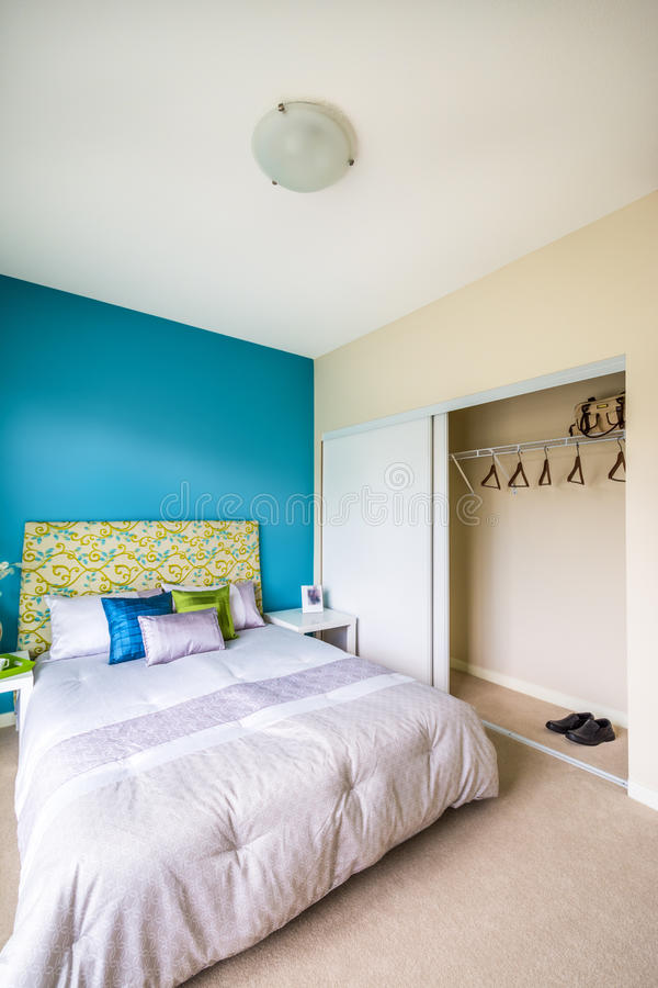 Interno blu moderno della camera da letto fotografia stock for Camera da letto blu