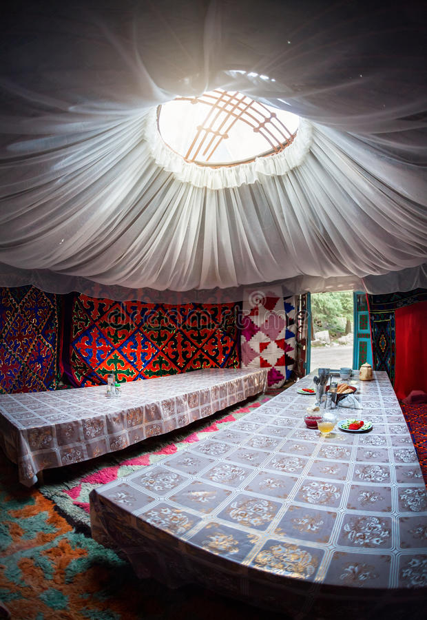 Interno chirghiso del yurt fotografia stock libera da diritti