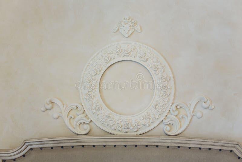 Interno costoso Elementi dello stucco sulla parete di lusso leggera Bianco modellato Elemento dei modanature da gesso Stile di Ro fotografie stock