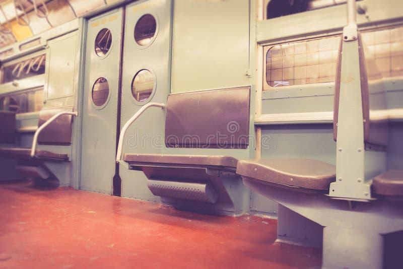 Interno d'annata del vagone del sottopassaggio di NYC immagine stock