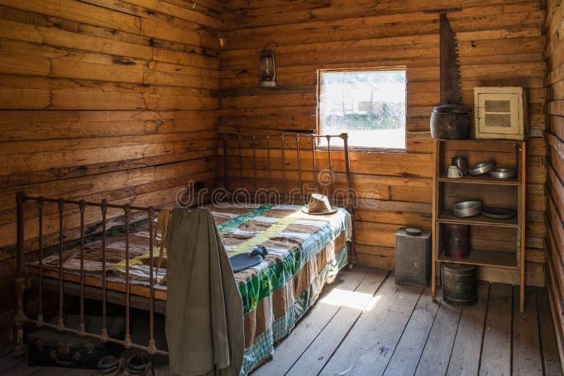 Interno d'annata della cabina del boscaiolo immagine stock