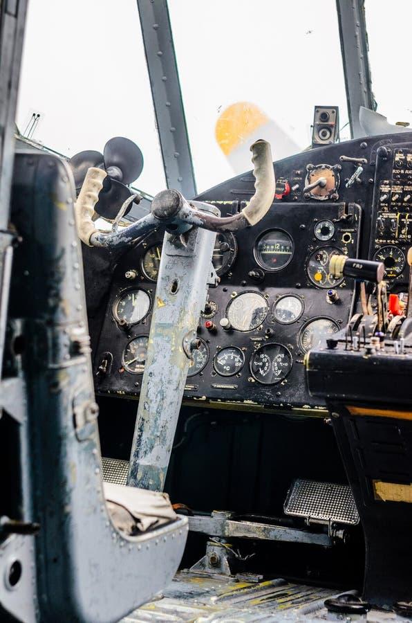 Interno d'annata della cabina di pilotaggio dell'aeroplano immagine stock libera da diritti
