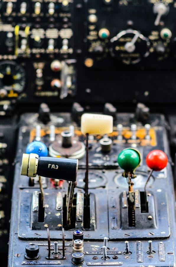 Interno d'annata della cabina di pilotaggio dell'aeroplano fotografia stock libera da diritti