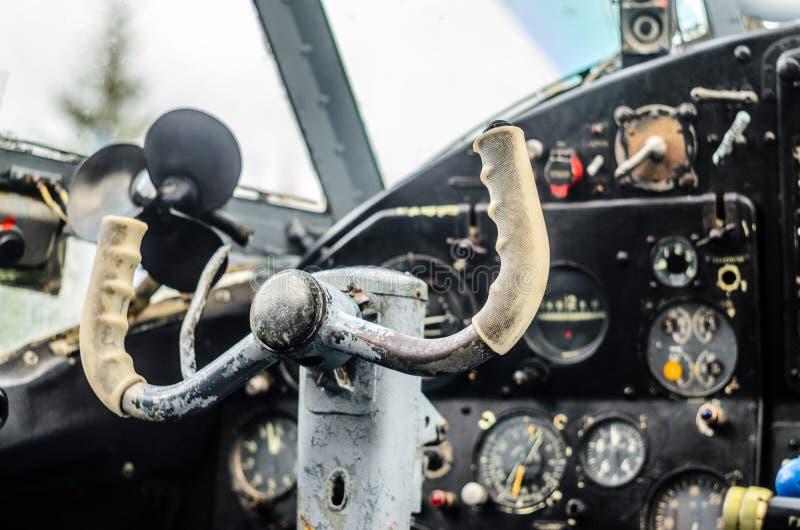 Interno d'annata della cabina di pilotaggio dell'aeroplano fotografia stock