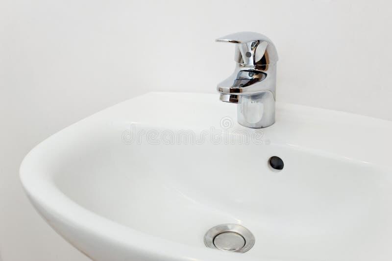 Interno del bagno con il rubinetto bianco dell 39 argento e del lavandino fotografia stock - Rubinetto lavandino bagno ...