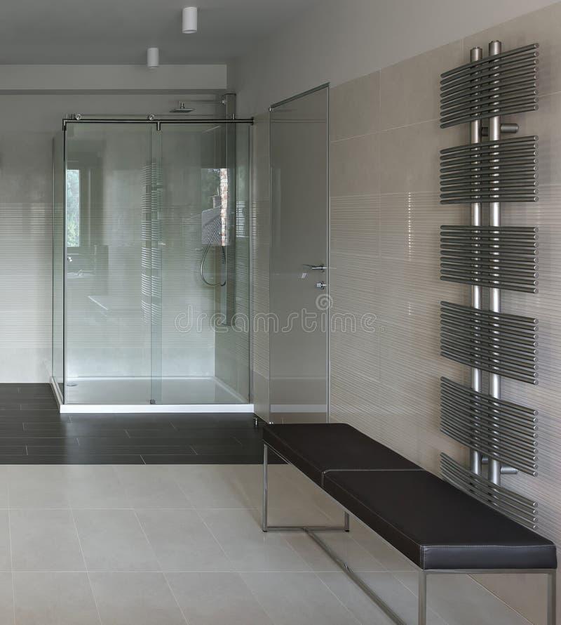 Interno del bagno con la cabina della doccia fotografia stock