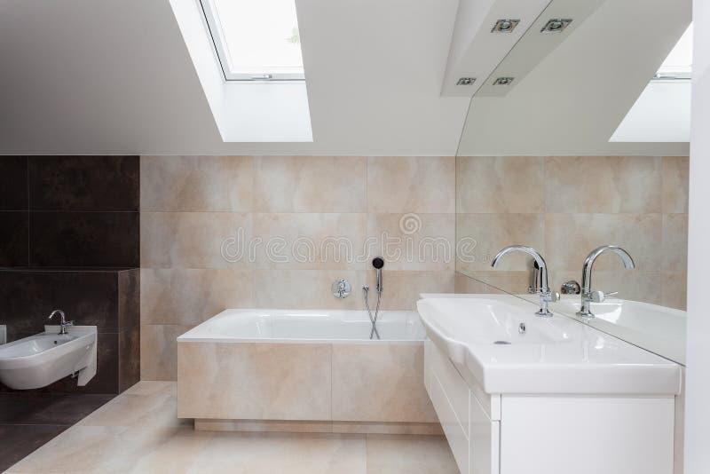 Interno del bagno con le mattonelle beige fotografia stock for Bagno beige