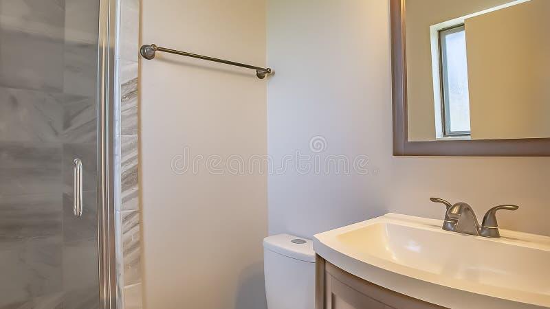 Interno del bagno della struttura di panorama di una casa con il lavandino della toilette e del gabinetto contro la parete bianca fotografia stock