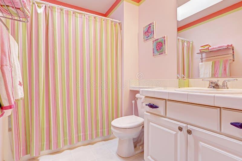Interno del bagno delle ragazze nei toni rosa fotografia - Ragazze spiate in bagno ...