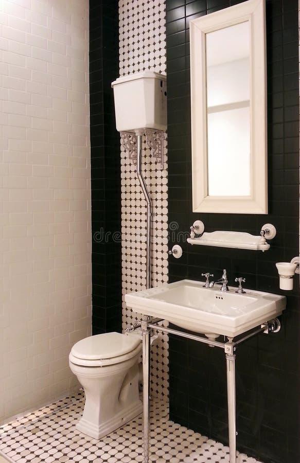 Interno del bagno di lusso dell'annata in appartamento della località di soggiorno immagini stock libere da diritti