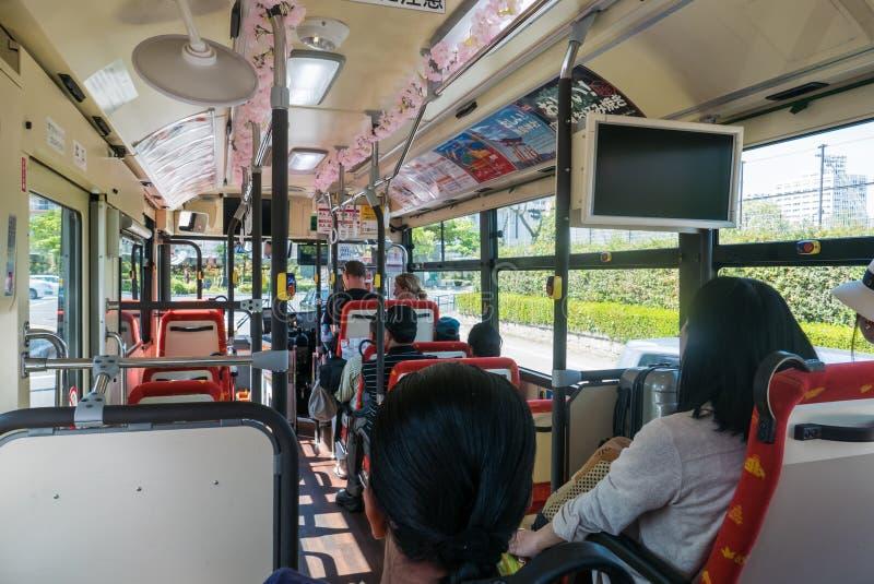 Interno del bus facente un giro turistico del ciclo di Hiroshima immagini stock