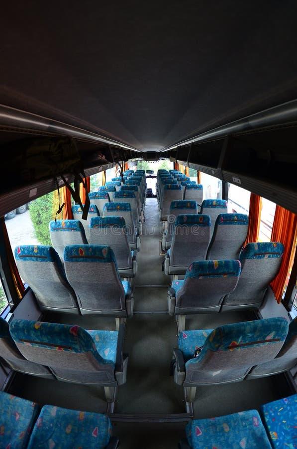 Interno del bus turistico per le escursioni ed i viaggi lunghi Molti sedili e posti liberi per piccoli bagagli immagini stock