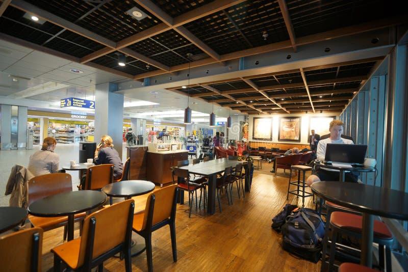 Interno del caffè di Starbucks nell'aeroporto di Helsinki fotografia stock
