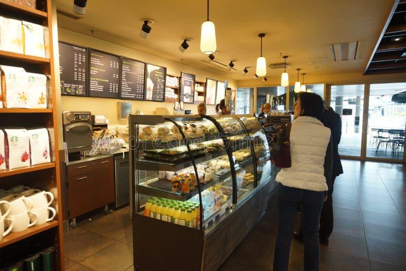 Interno del caffè di Starbucks nell'aeroporto di Helsinki immagini stock