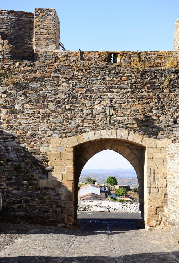 Interno del castello di Monsaraz, pareti e porta medievali, viaggio Portogallo fotografie stock