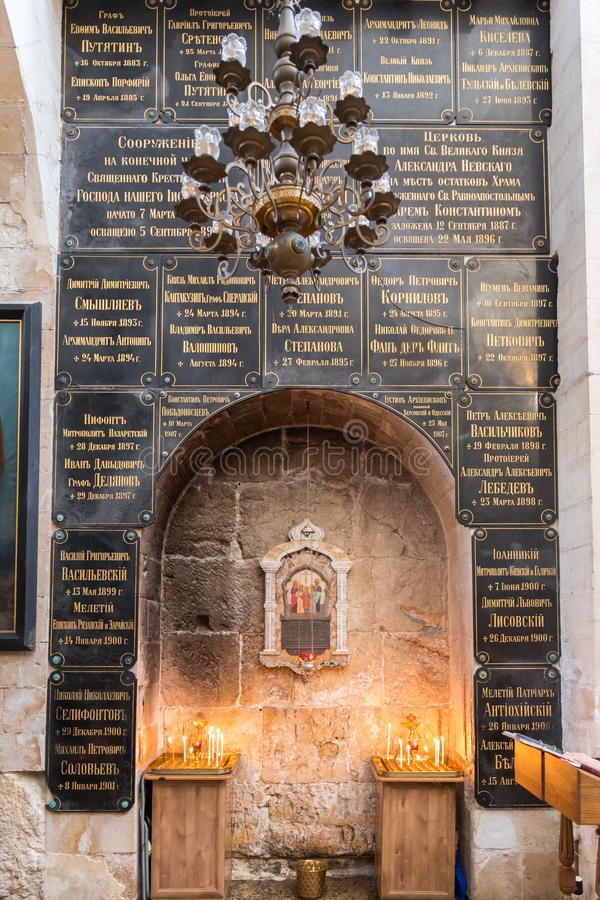 Interno del corridoio più basso della chiesa di Alexander Nevsky a Gerusalemme, Israele fotografia stock libera da diritti