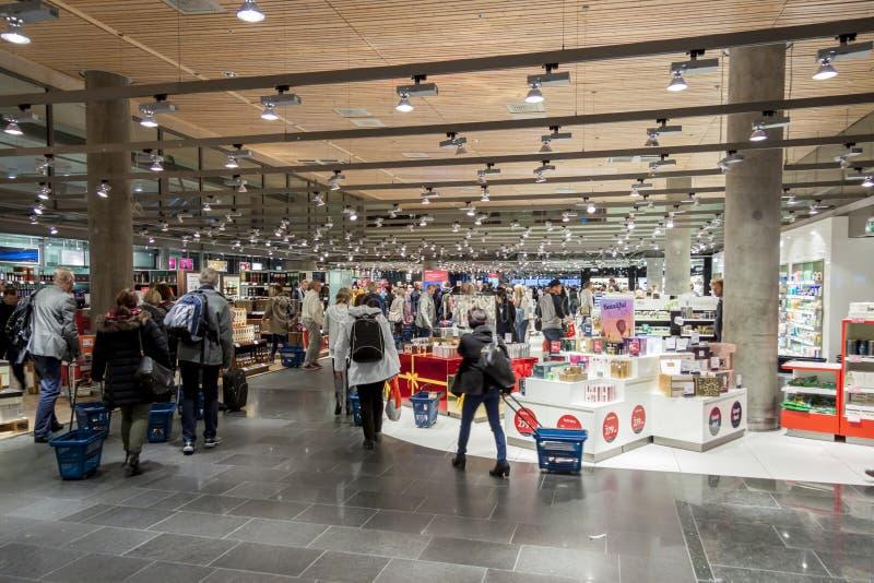 Interno del duty-free all'internazionale Airp di Oslo Gardermoen fotografia stock
