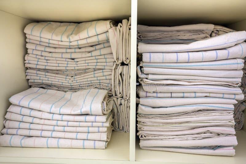 Interno del guardaroba di plastica bianco dell'abbigliamento o del gabinetto con il mucchio impilato di tela pulita Householding  fotografia stock libera da diritti