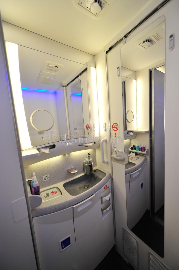 Interno del lavabo Qatar Airways a bordo Boeing 787-8 Dreamliner a Singapore Airshow fotografia stock