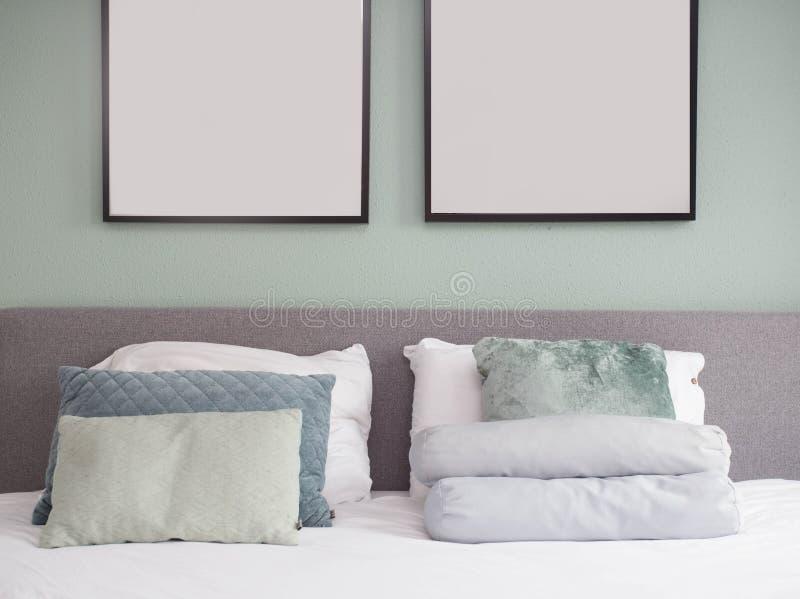 Interno del letto con progettazione moderna della pittura vuota immagini stock libere da diritti