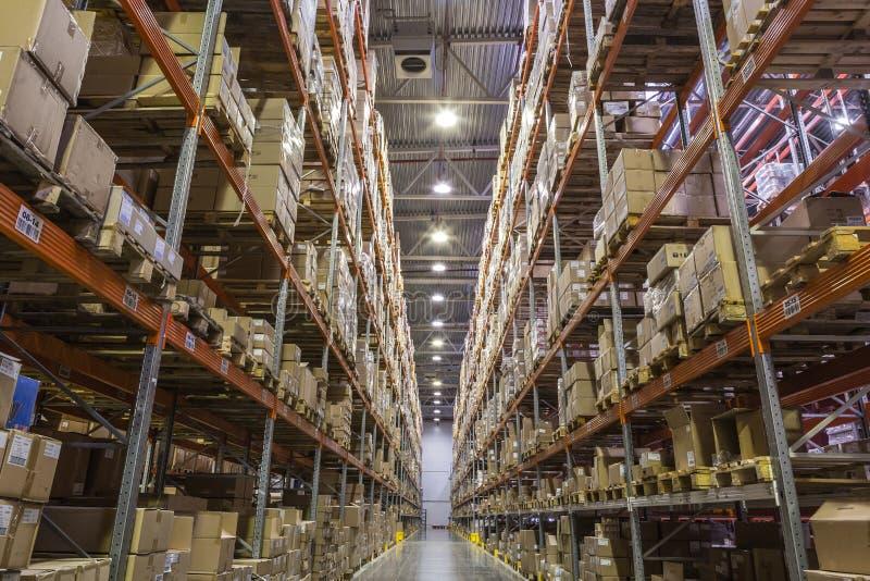 Interno del magazzino con gli scaffali pieni delle scatole fotografie stock