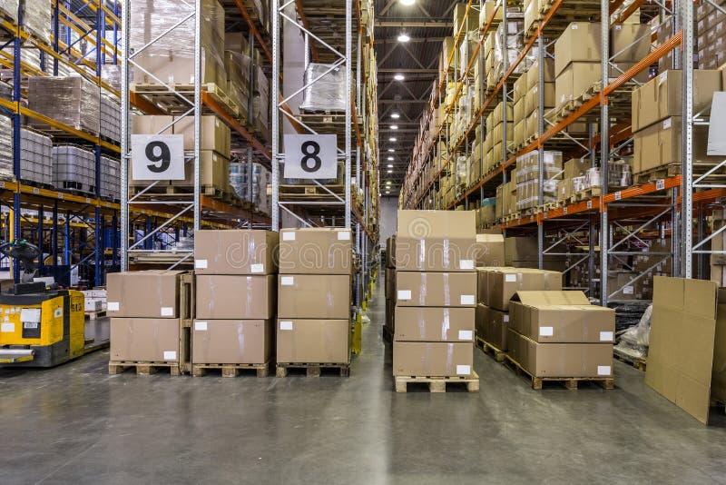 Interno del magazzino con gli scaffali pieni delle scatole immagini stock