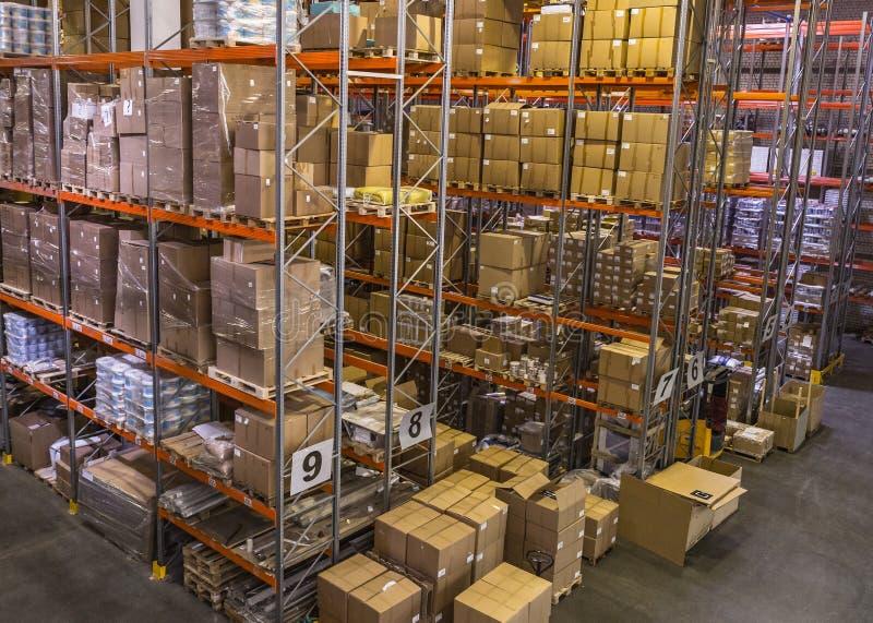 Interno del magazzino con gli scaffali pieni delle scatole fotografie stock libere da diritti