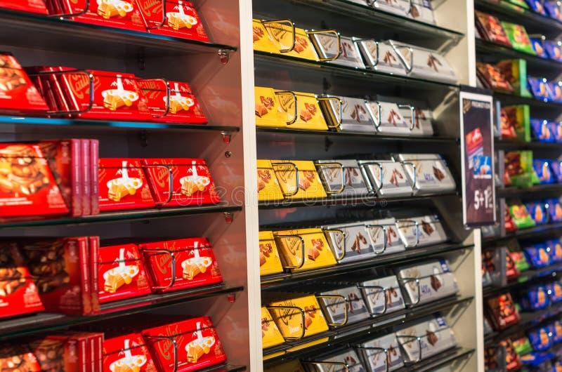 Interno del negozio del chocolaterie di Cailler immagini stock
