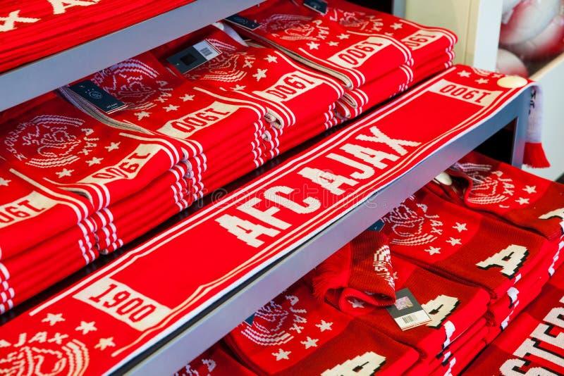 Interno del negozio del club del fotball di Ajax sull'arena di Amsterdam, Paesi Bassi fotografie stock