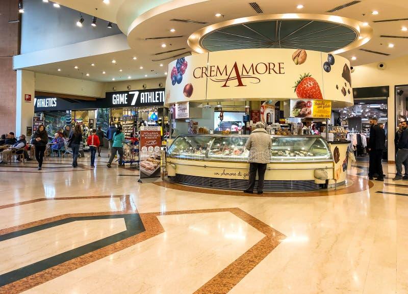 Interno del negozio di CremAmore del gelato dell'artigiano del IPER dell'ipermercato di Varese, interno del centro commerciale, V immagini stock libere da diritti