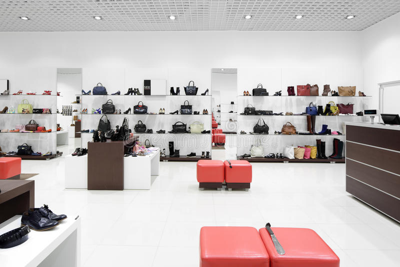 Interno del negozio di scarpe in centro commerciale europeo moderno fotografia stock libera da diritti