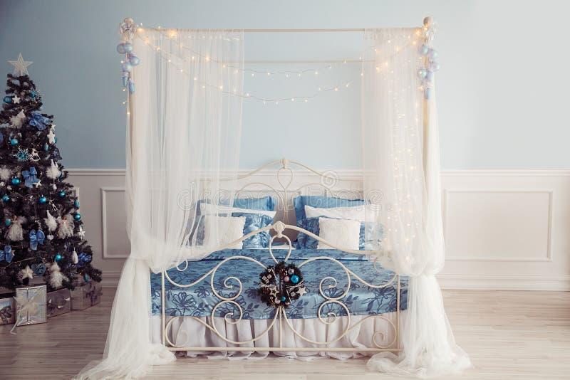 Interno del nuovo anno con il letto e l'albero di Natale De blu e bianco fotografie stock libere da diritti
