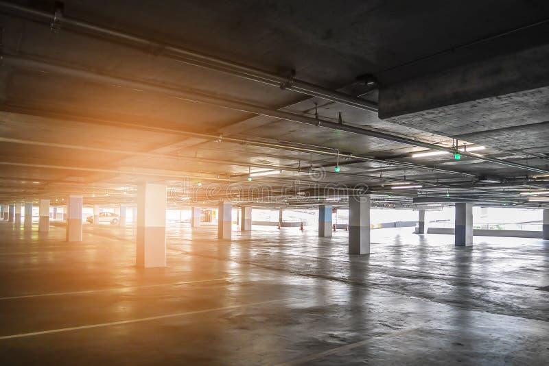 Interno del parcheggio libero vuoto dell'automobile nel grande magazzino fotografia stock libera da diritti