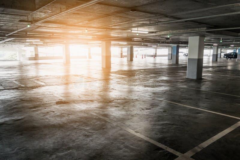 Interno del parcheggio libero vuoto dell'automobile nel grande magazzino fotografia stock