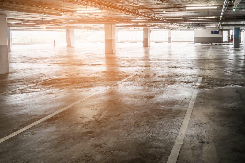 Interno del parcheggio libero vuoto dell'automobile nel grande magazzino immagine stock
