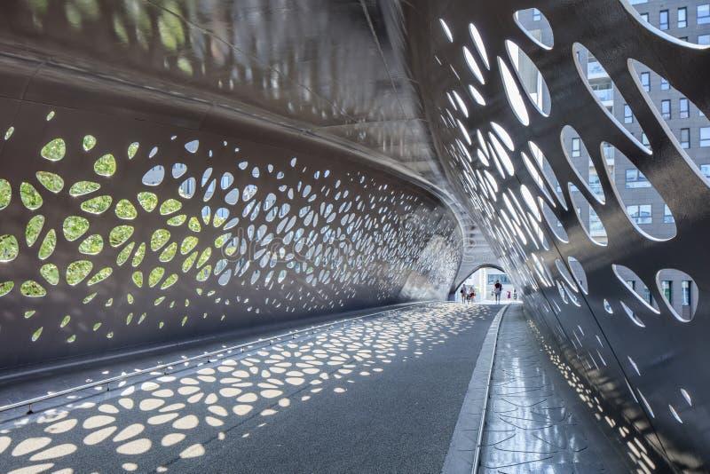 Interno del ponte del parco per i pedoni ed i ciclisti nel centro di Anversa, Belgio immagini stock
