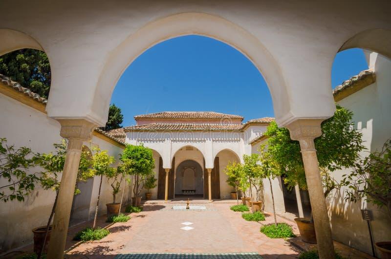 Interno del punto di riferimento famoso Malaga Alcazaba immagini stock