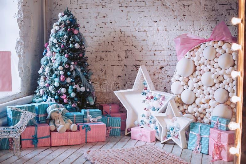 Interno del ` s del nuovo anno Albero di Natale, ornamenti decorativi, regali e giocattoli sotto  Interni domestici lussuosi, lum immagini stock