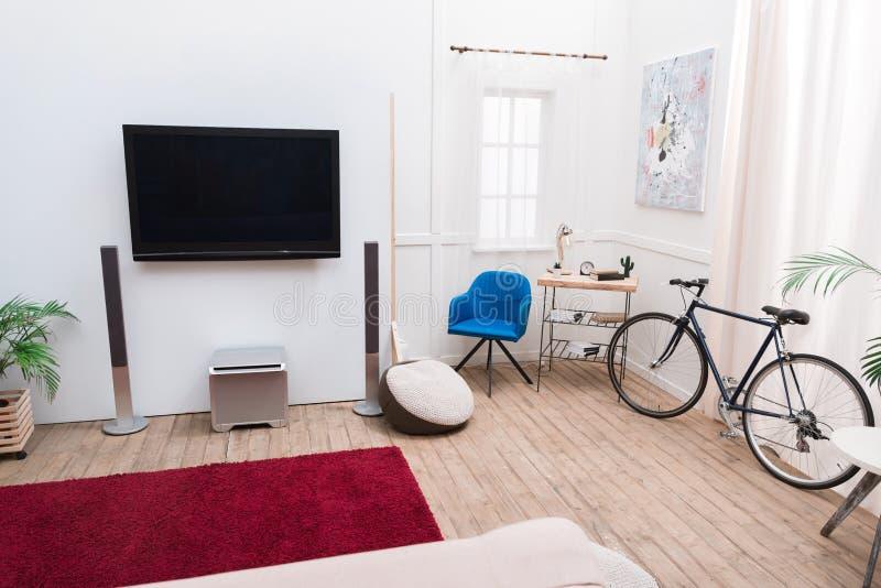 Interno del salone con lo schermo della TV fotografia stock libera da diritti
