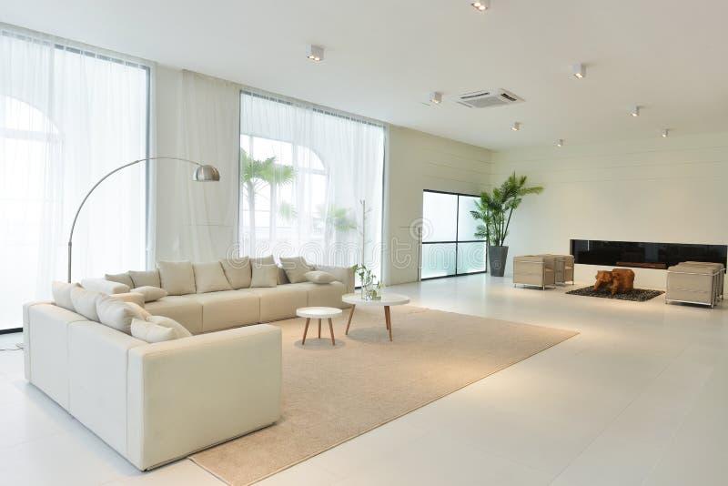 Interno del salone della casa moderna immagini stock libere da diritti