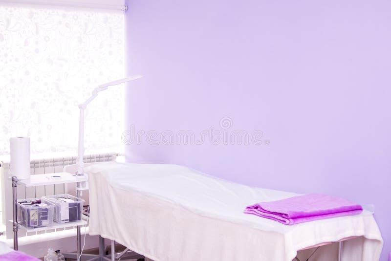 interno del salone di bellezza moderno del gabinetto posto di lavoro di procedura della stazione termale, di estensione del cigli fotografia stock